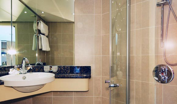 Bathrooms with marble finishes