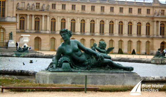 Statue outside the Palace of Versailles